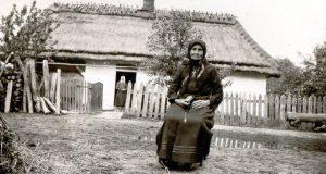 Przed domem rodzinnym o. Wenantego