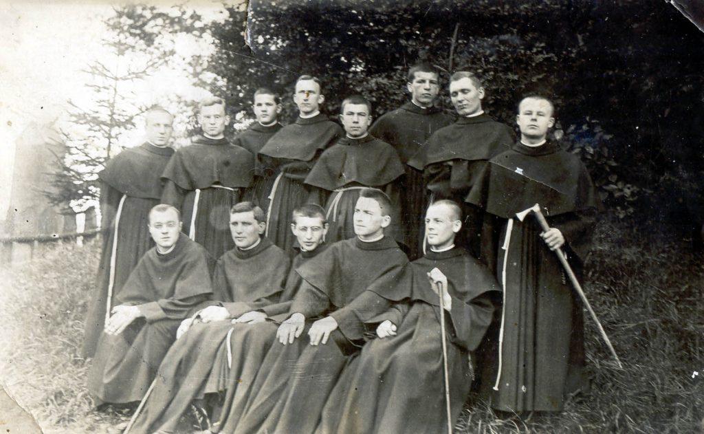 Wenanty Katarzyniec (w środku pierwszego rzędu) z braćmi
