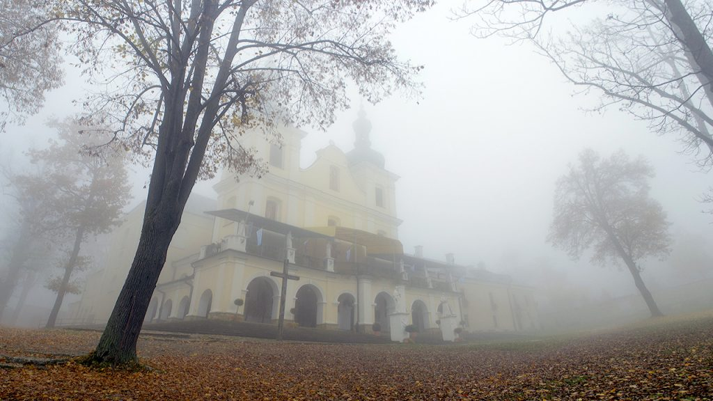 Sanktuarium w Kalwarii Pacławskiej jesienią.